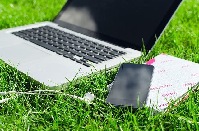 sluchátka, mobil, laptop