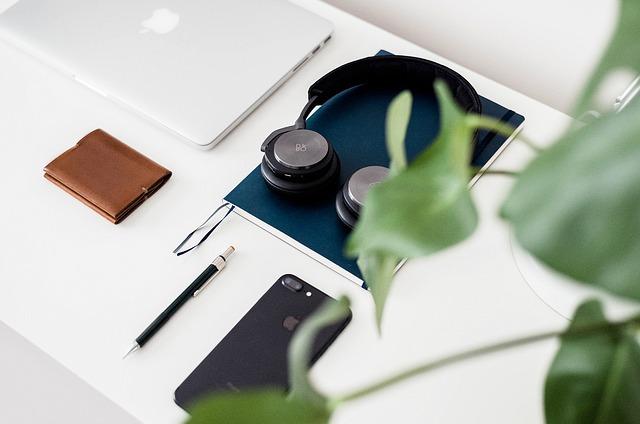 sluchátka na pracovním stole