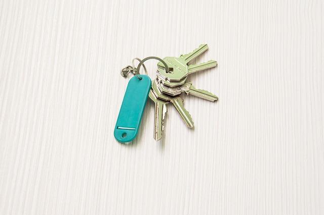 pět klíčů s modrým přívěskem
