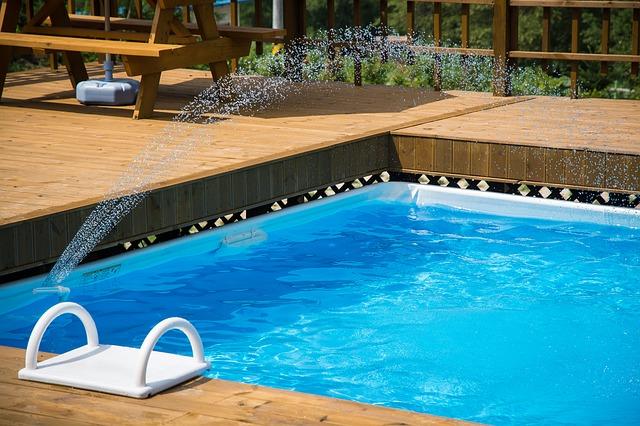 Zapuštěný zahradní bazén